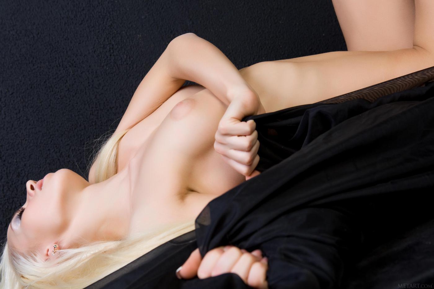 Смотреть модель со свелыми волосами онлайн