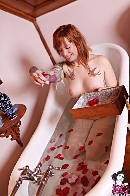 Смотреть ванную лепестками онлайн