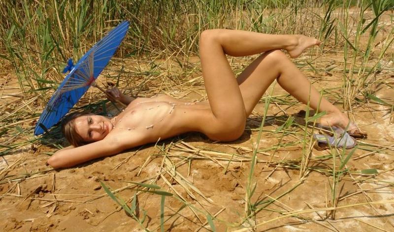 Смотреть возбуждающе выгибается пляже онлайн
