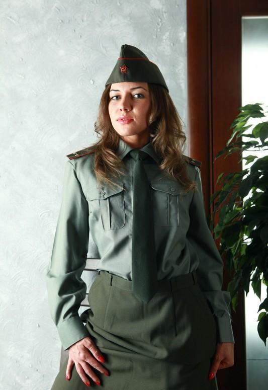 Смотреть Военнослужащая демонстрирует онлайн